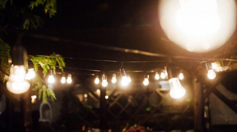 昼は木陰、夜はイルミネーションが楽しめるグランピングテラス
